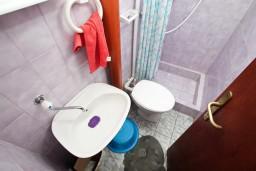 Ванная комната. Черногория, Селяново : Комната для 5 человек, с общей кухней, возле пляжа