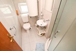 Ванная комната. Черногория, Селяново : Апартамент в Селяново с отдельной спальней, 20 метров до моря