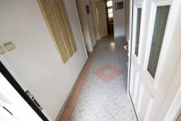 Коридор. Черногория, Тиват : Просторный апартамент для 5-6 человек, с 2-мя отдельными спальнями, с большой террасой