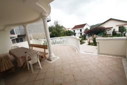 Терраса. Черногория, Тиват : Просторный апартамент для 5-6 человек, с 2-мя отдельными спальнями, с большой террасой