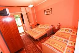 Спальня 2. Черногория, Доня Ластва : Апартамент для 4-6 человек, с 2-мя отдельными спальнями, с террасой с видом на море, возле пляжа