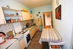 Кухня. Черногория, Доня Ластва : Апартамент для 4-6 человек, с 2-мя отдельными спальнями, с террасой с видом на море, возле пляжа