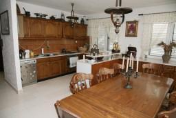 Кухня. Черногория, Тиват : Апартамент для 4 человек, с 2-мя отдельными спальнями, с большой гостиной