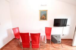 Обеденная зона. Черногория, Рафаиловичи : Апартамент с отдельной спальней, с балконом
