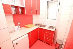 Кухня. Черногория, Рафаиловичи : Апартамент с отдельной спальней, с балконом