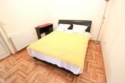 Спальня. Черногория, Рафаиловичи : Апартамент с отдельной спальней, с балконом