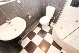 Ванная комната. Черногория, Рафаиловичи : Апартамент с отдельной спальней, с балконом