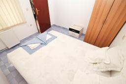 Спальня. Черногория, Рафаиловичи : Апартамент с отдельной спальней в 200 метрах от моря