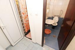 Ванная комната. Черногория, Рафаиловичи : Апартамент с отдельной спальней в 200 метрах от моря
