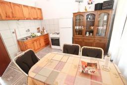Кухня. Черногория, Рафаиловичи : Апартамент для 4 человек, с 2-мя отдельными спальнями