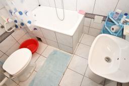 Ванная комната. Черногория, Рафаиловичи : Апартамент для 4 человек, с 2-мя отдельными спальнями