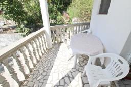 Балкон. Черногория, Рафаиловичи : Апартамент с отдельной спальней в 200 метрах от моря