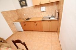 Кухня. Черногория, Ульцинь : Апартамент с отдельной спальней с террасой