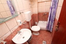 Ванная комната. Черногория, Ульцинь : Апартамент с отдельной спальней, с балконом с шикарным видом на море