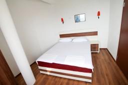 Спальня. Черногория, Ульцинь : Апартамент для 5-6 человек, с 2-мя отдельными спальнями, с балконом с шикарным видом на море