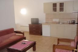 Гостиная. Черногория, Петровац : Апартамент в Петроваце в с балконом и  оборудованной кухней