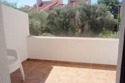 Балкон. Черногория, Петровац : Апартамент в Петроваце в с балконом и  оборудованной кухней