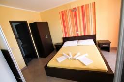 Спальня. Черногория, Велика плажа : Апартамент с отдельной спальней, с террасой с видом на море