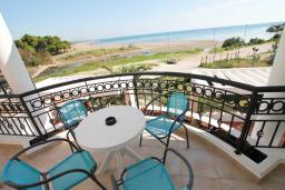 Бассейн. Черногория, Велика плажа : Двухкомнатный номер с балконом с видом на море