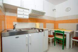 Кухня. Черногория, Пржно / Милочер : Апартамент с отдельной спальней  на первом этаже