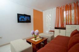 Гостиная. Черногория, Пржно / Милочер : Апартамент с отдельной спальней  на первом этаже