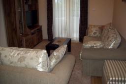 Гостиная. Черногория, Герцег-Нови : Апартамент для 4-5 человек, с 2-мя отдельными спальнями