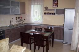 Кухня. Черногория, Герцег-Нови : Апартамент для 4-5 человек, с 2-мя отдельными спальнями