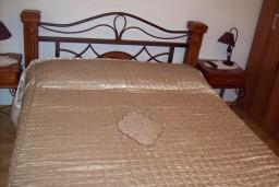 Спальня. Черногория, Герцег-Нови : Апартамент для 4-5 человек, с 2-мя отдельными спальнями