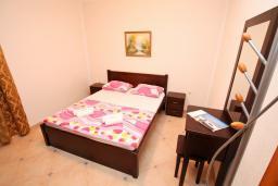 Спальня. Черногория, Велика плажа : Апартамент с 1 спальней, балконом и видом на море