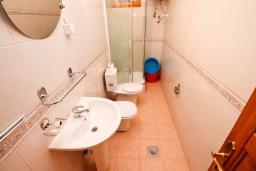 Ванная комната. Черногория, Велика плажа : Апартамент с 1 спальней, балконом и видом на море