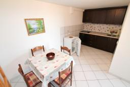 Кухня. Черногория, Велика плажа : Апартамент с 2 спальнями, 2 ванными и террасой с видом на море