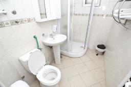 Ванная комната. Черногория, Велика плажа : Апартамент с отдельной спальней на первом этаже