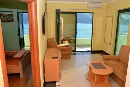 Гостиная. Черногория, Игало : Апартамент на 4 персоны с видом на море, прямо на пляже