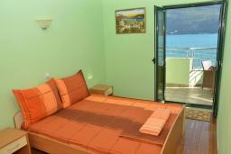 Спальня. Черногория, Игало : Апартамент на 4 персоны с видом на море, прямо на пляже