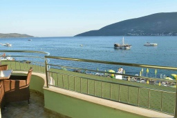 Балкон. Черногория, Игало : Апартамент на 4 персоны с видом на море, прямо на пляже