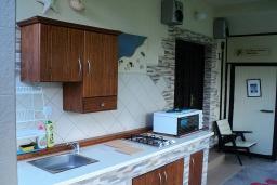 Территория. Черногория, Игало : Дом с 5 отдельными спальнями, с 4 ванными комнатами, с уютным двориком, с летней кухней, с террасой с видом на море, Wi-Fi, кабельное ТВ, мангал, в 30 метрах от пляжа