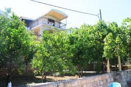 Фасад дома. Черногория, Игало : 2-х этажный дом с 7 отдельными спальнями, с 5 ванными комнатами, с зеленой территорией, с большой террасой, с мангалом, спутниковое ТВ, 100 метров до моря