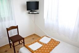 Спальня. Черногория, Игало : 2-х этажный дом с 7 отдельными спальнями, с 5 ванными комнатами, с зеленой территорией, с большой террасой, с мангалом, спутниковое ТВ, 100 метров до моря