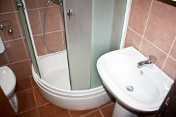 Ванная комната. Черногория, Игало : 2-х этажный дом с 7 отдельными спальнями, с 5 ванными комнатами, с зеленой территорией, с большой террасой, с мангалом, спутниковое ТВ, 100 метров до моря