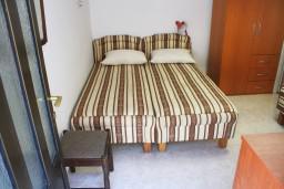 Спальня 2. Черногория, Игало : 2-х этажный дом с 7 отдельными спальнями, с 5 ванными комнатами, с зеленой территорией, с большой террасой, с мангалом, спутниковое ТВ, 100 метров до моря