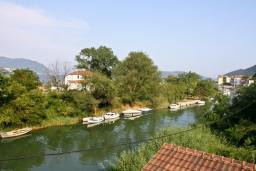 Вид. Черногория, Игало : 2-х этажный дом с 7 отдельными спальнями, с 5 ванными комнатами, с зеленой территорией, с большой террасой, с мангалом, спутниковое ТВ, 100 метров до моря