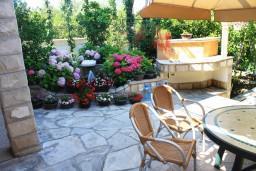 Территория. Черногория, Игало : 2-х этажный дом с 7 отдельными спальнями, с 5 ванными комнатами, с зеленой территорией, с большой террасой, с мангалом, спутниковое ТВ, 100 метров до моря