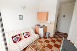 Гостиная. Черногория, Ульцинь : Апартамент с отдельной спальней, с балконом с шикарным видом на море