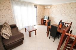 Гостиная. Черногория, Ульцинь : Двухэтажный люкс апартамент с отдельной спальней, с 2-мя балконами с шикарным видом на море