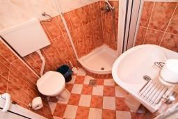 Ванная комната. Черногория, Велика плажа : Апартамент для 5 человек, с 2-мя отдельными спальнями, с 2-мя ванными комнатами