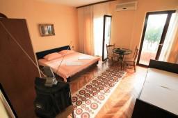 Спальня. Черногория, Ульцинь : Апартамент для 6-8 человек, с 3-мя отдельными спальнями, с террасой с видом на море