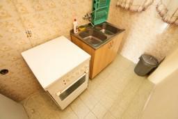 Кухня. Черногория, Ульцинь : Апартамент для 6-8 человек, с 3-мя отдельными спальнями, с террасой с видом на море