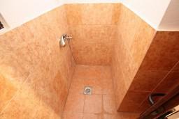 Ванная комната. Черногория, Велика плажа : Апартамент с отдельной спальней в Велика плажа