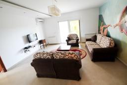 Гостиная. Черногория, Велика плажа : Современный апартамент для 2-4 человек, с просторной гостиной и спальней, с 2-мя балконами