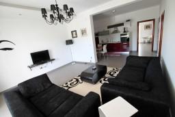 Гостиная. Черногория, Велика плажа : Современный апартамент для 4 человек, с просторной гостиной и двумя спальнями, с 2-мя балконами